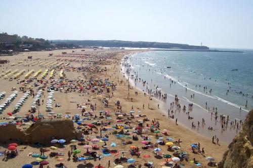 Praia_da_Rocha_packed-Portimao_amaianos.jpg